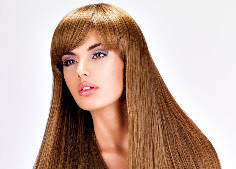 Девушка со стрижкой на длинные волосы с челкой