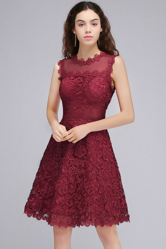 Девушка в бордовом коктейльном платье с кружевом