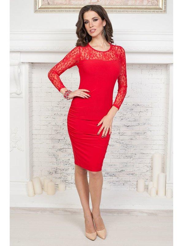 Девушка в красном коктейльном платье с кружевом на рукавах