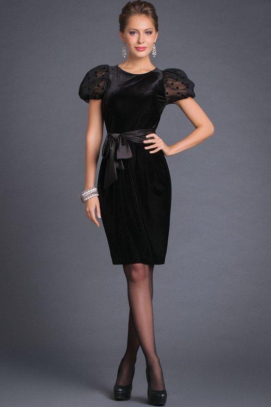 Девушка в коктейльном платье с рукавами фонариками