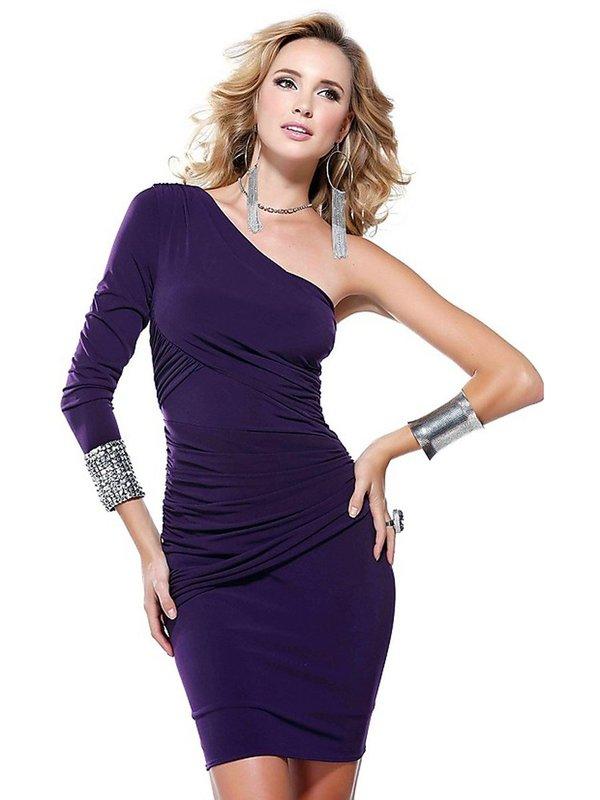 Девушка в коктейльном платье с длинным рукавом на одну руку