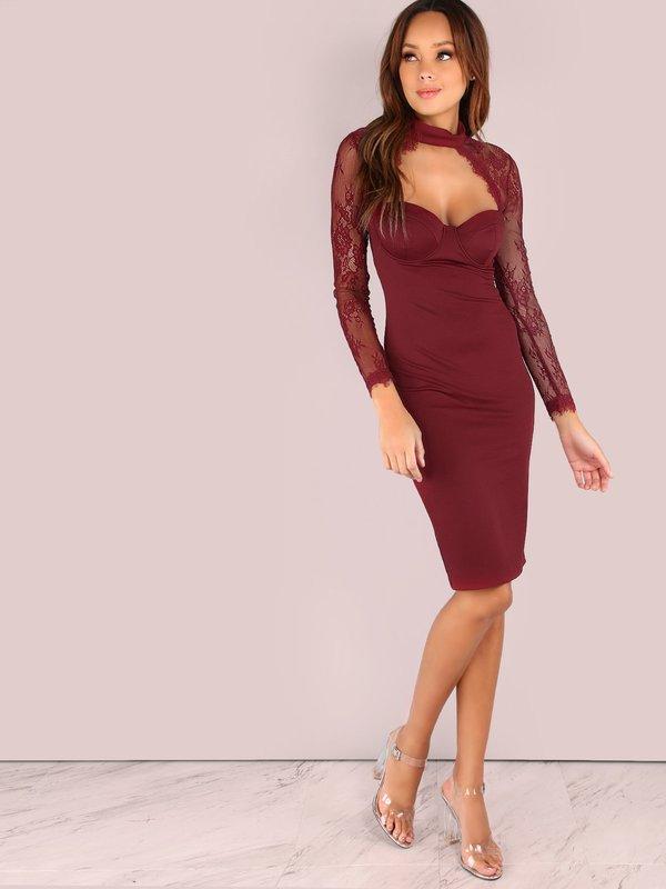 Девушка в бордовом коктейльном платье с глубоким декольте