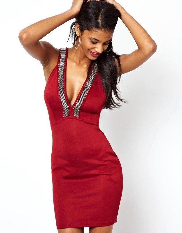 Девушка в красном коктейльном платье с глубоким вырезом
