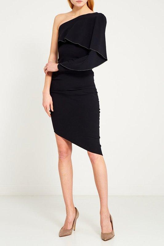 Девушка в черном коктейльном платье с асимметричным срезом на юбке