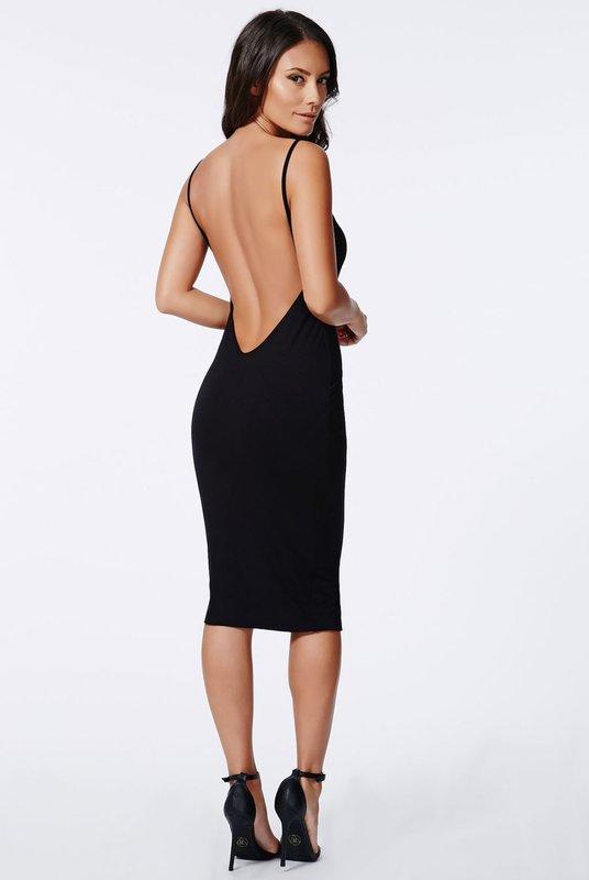 Девушка в черном коктейльном платье миди с открытой спиной