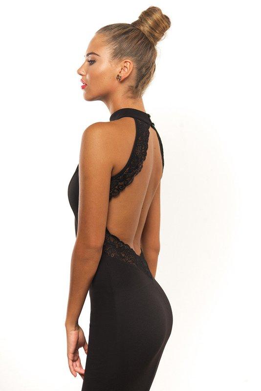 Девушка в черном коктейльном платье с кружевным вырезом на спине
