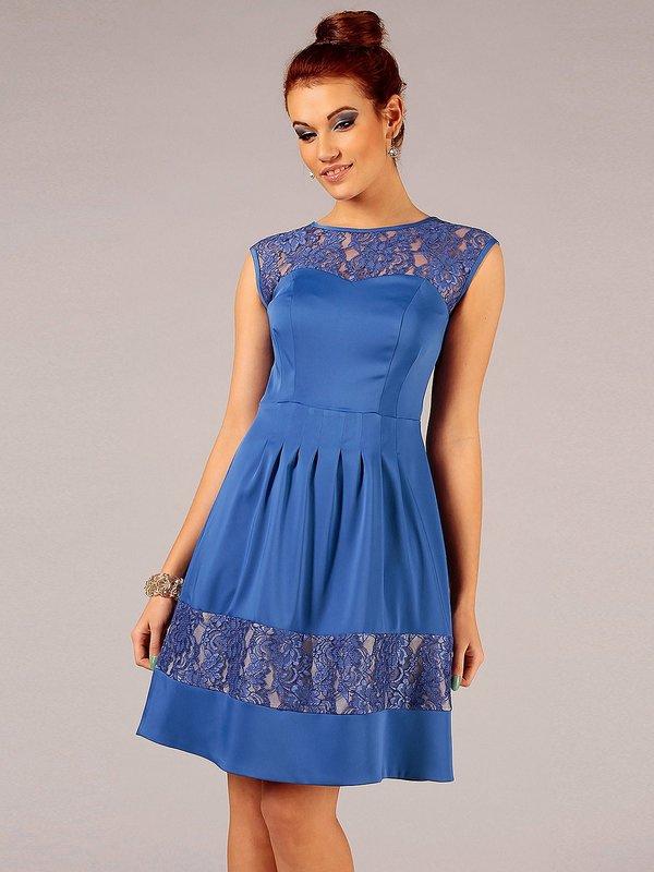 Девушка в синем коктейльном платье с кружевными вставками