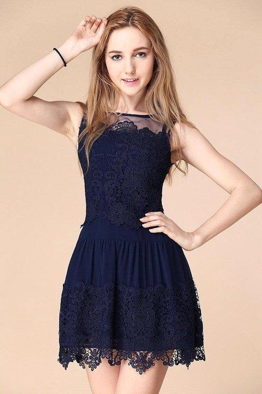 Девушка в синем коротком кружевном коктейльном платье