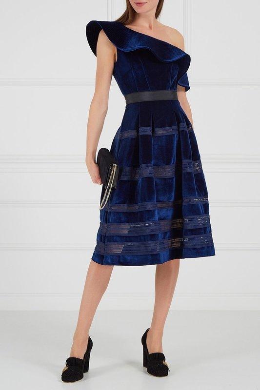 Девушка в темно-синем бархатном коктейльном платье с одним открытым плечом