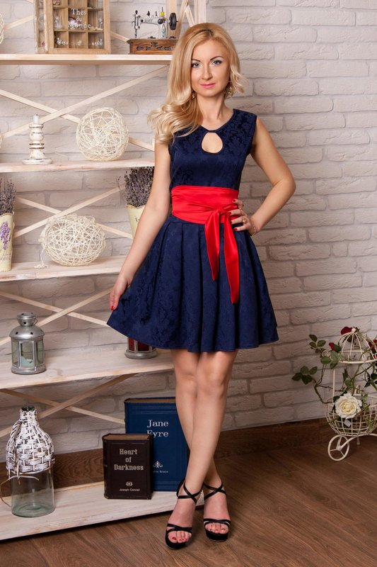 Девушка в синем с красным поясом коктейльном платье