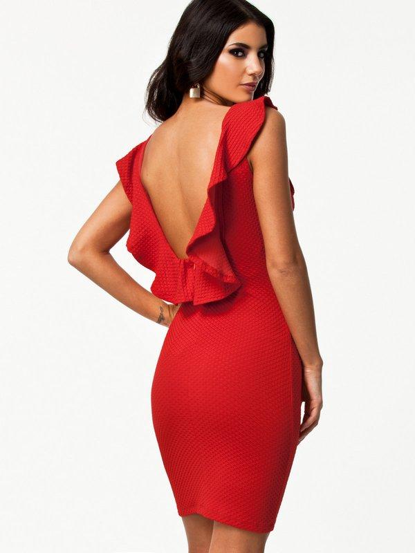 Девушка в красном коктейльном платье с вырезом на спине и оборками
