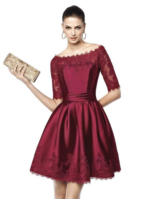 Девушка в коктейльном платье цвета марсала с кружевом