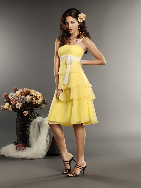 Девушка в желтом коктейльном платье А-силуэта