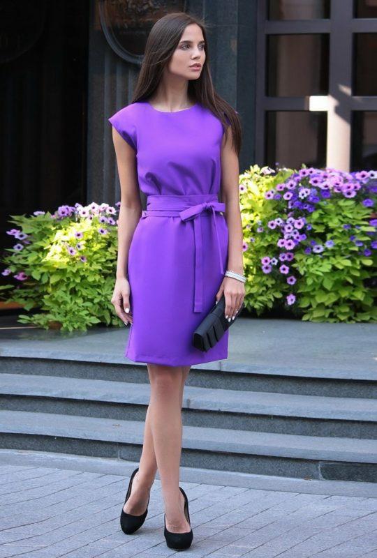 Девушка в фиолетовом коктейльном платье с бантом