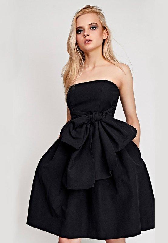 Девушка в черном коктейльном платье-бандо с пышной юбкой