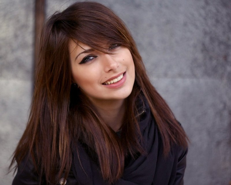 Девушка со стрижкой градиент и челкой на бок на длинные волосы