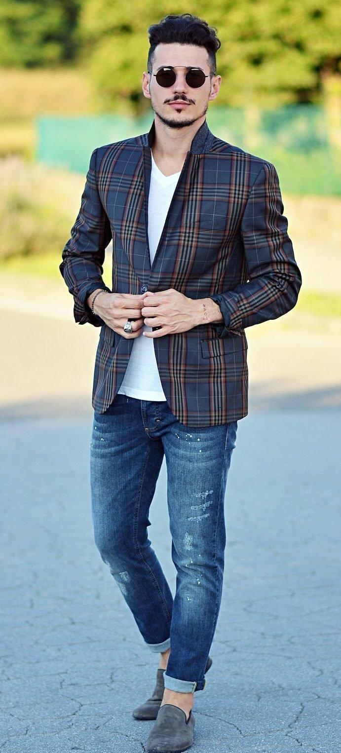 Мужчина в джинсах с отворотом и пиджаке