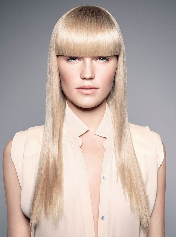 Девушка с прямыми длинными волосами и удлиненной челкой
