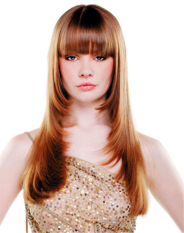 """Девушка с челкой и стрижкой """"лесенка"""" на длинные волосы"""