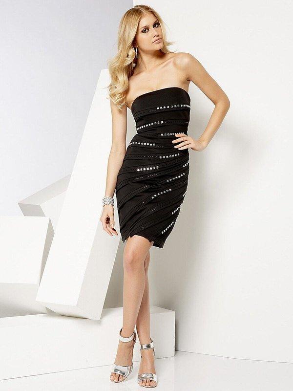 Девушка в черном платье-бюстье