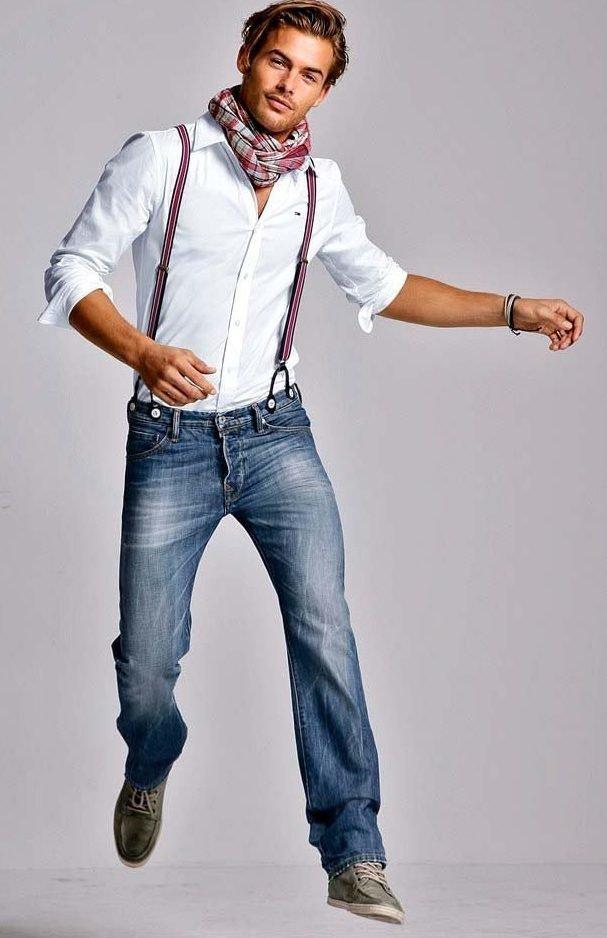 Мужчина в широких штанах с подтяжками