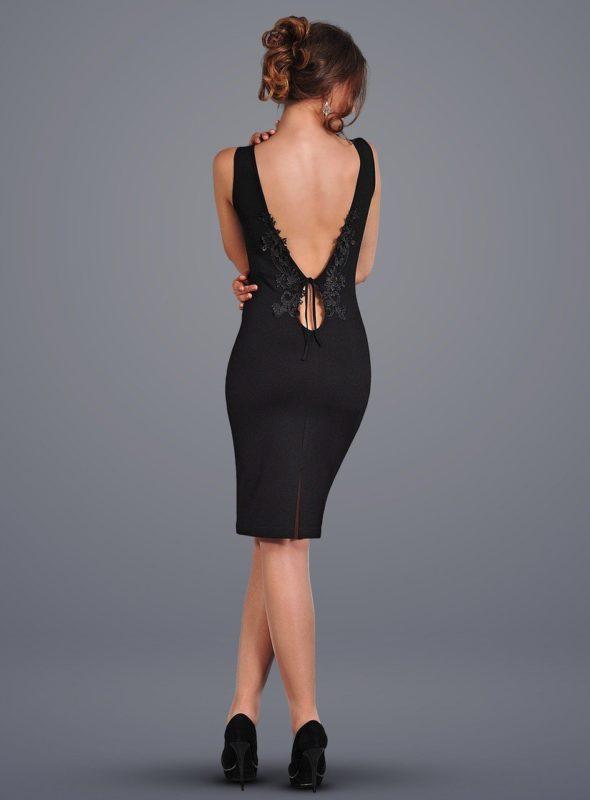 Девушка в черном коктейльном платье с вырезом на спине