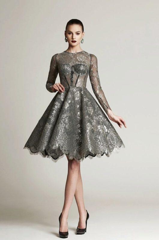 Девушка в пышном сером коктейльном платье миди