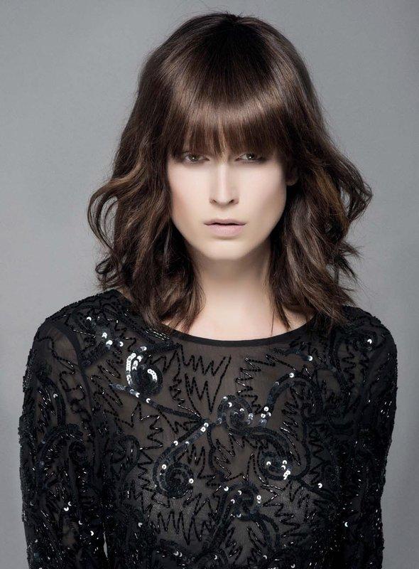 Девушка с каскадом на средние волосы и прямой челкой