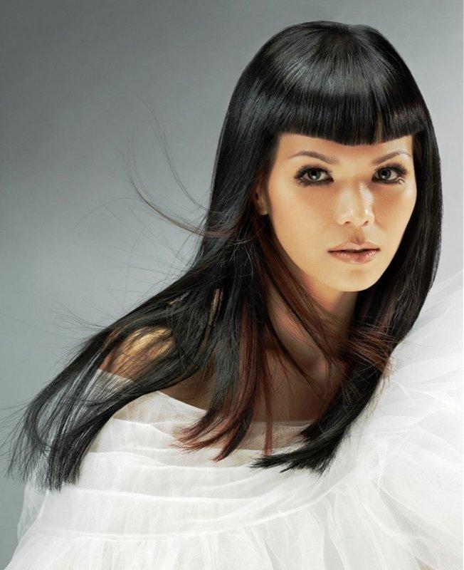 Девушка с прямыми, ровными длинными волосами и ультракороткой челкой