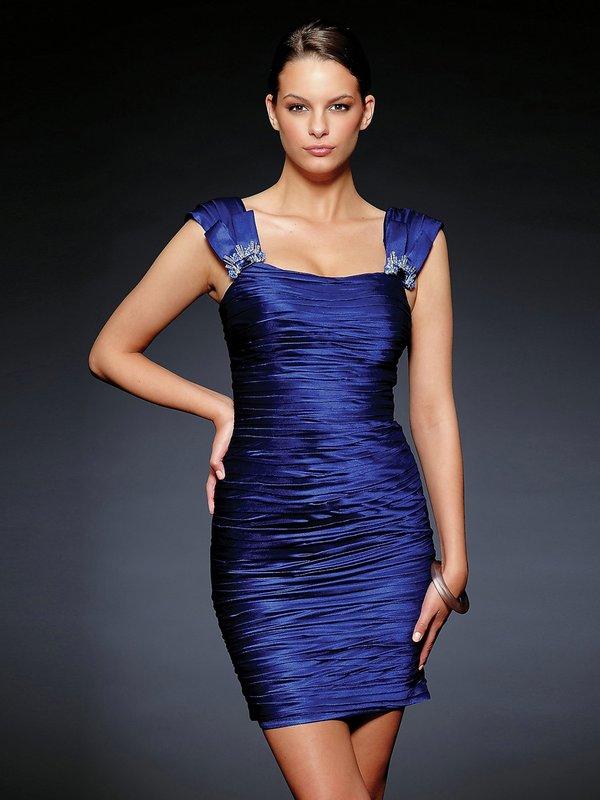 Девушка в синем атласном коктейльном платье