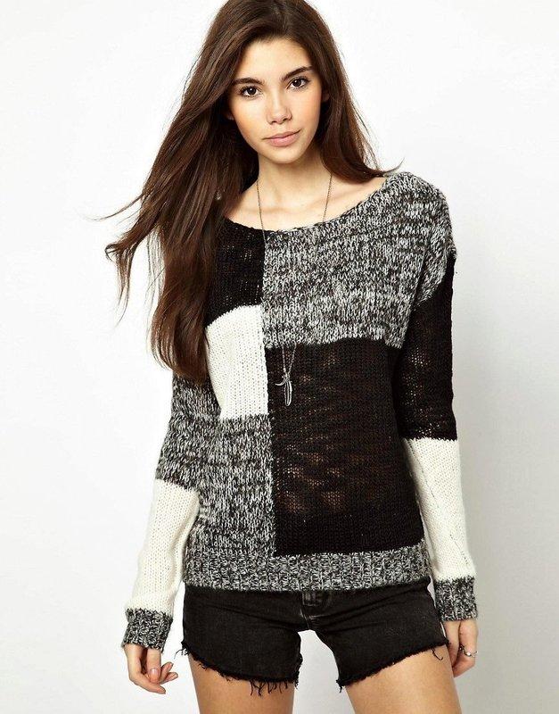 Девушка в свитере, выполненном в стиле пэчворк