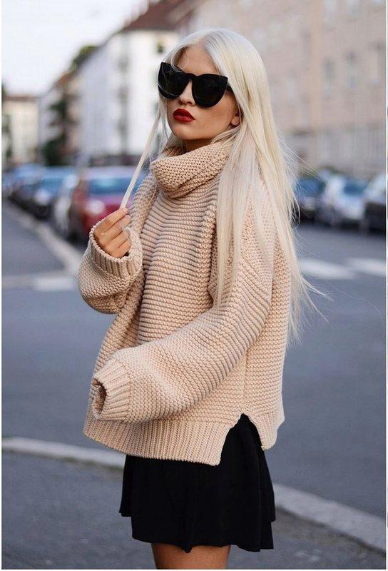 Девушка в свитере оверсайз, одетым поверх платья