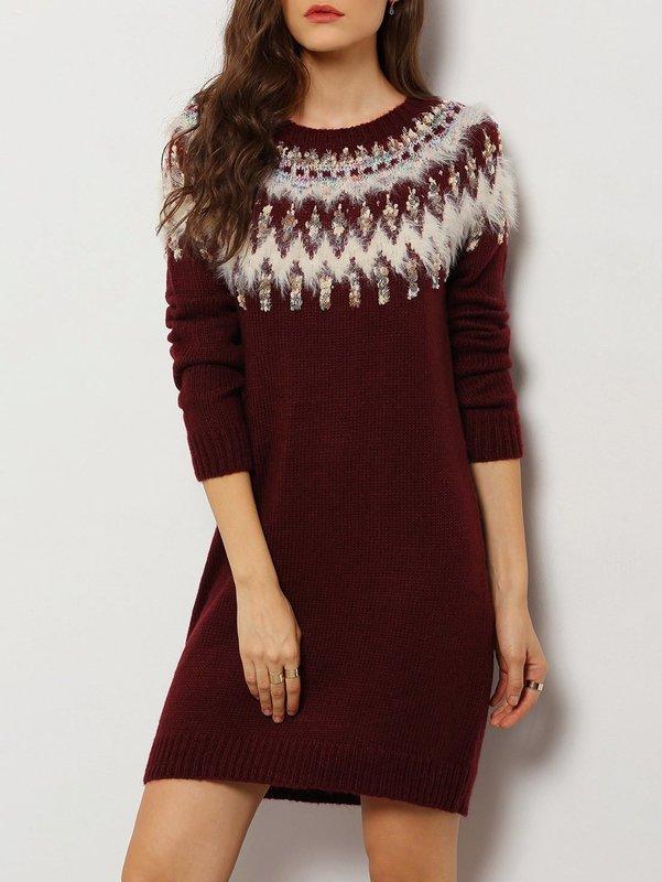 Девушка в свитер-платье с этническим орнаментом
