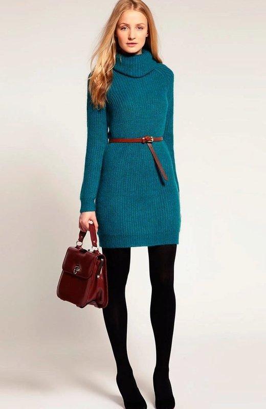 Девушка в свитер-платье с тонким поясом