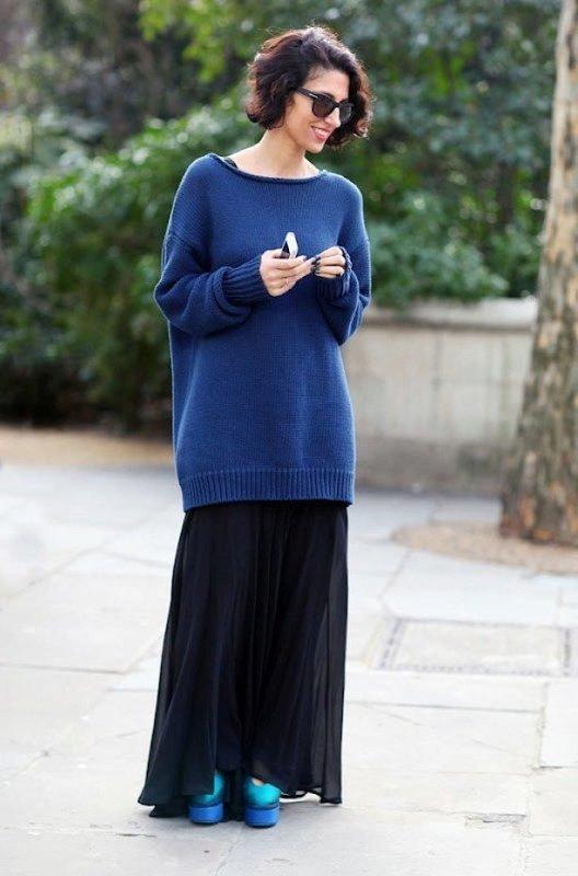Девушка в свитер-платье с юбкой в пол