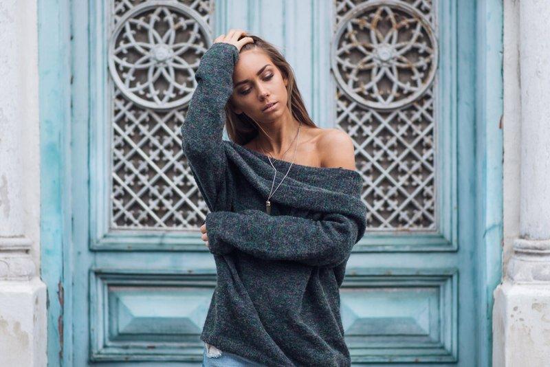 Девушка в свитере с открытыми плечами