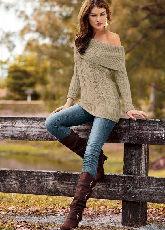 Девушка в свитере с открытыми плечами и джинсах