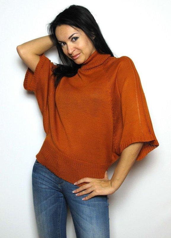 Девушка в свитере с рукавами летучая мышь