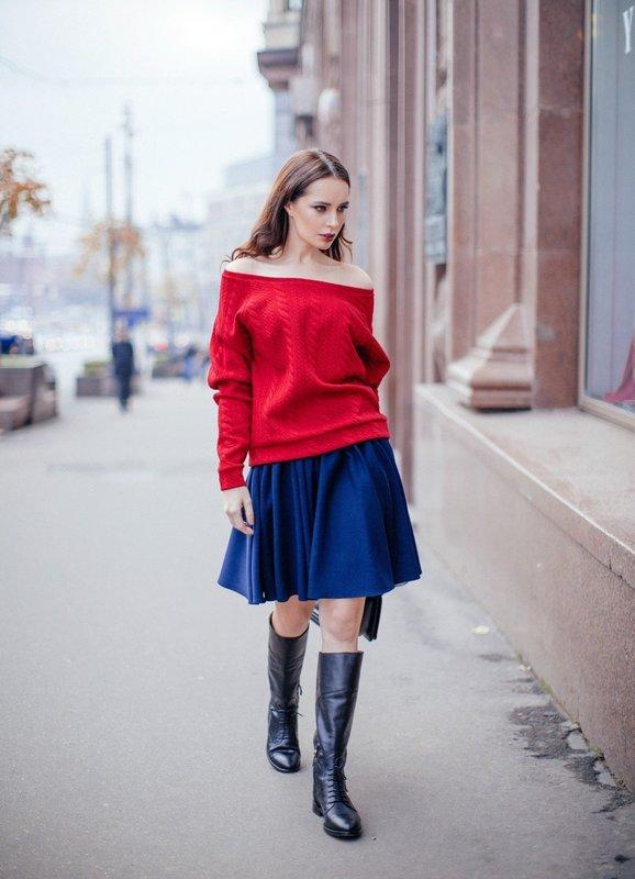 Девушка в свитере с открытыми плечами и юбке