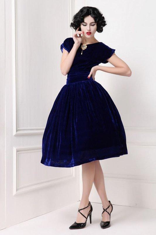 Девушка в темно-синем коктейльном платье из бархата