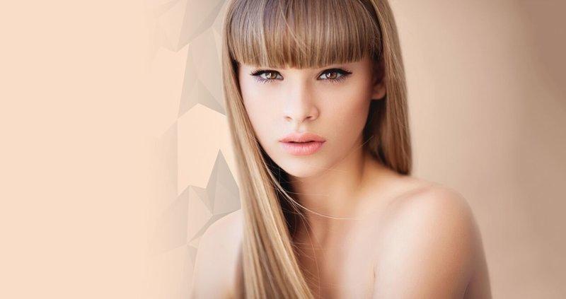 Блондинка с прямой челкой