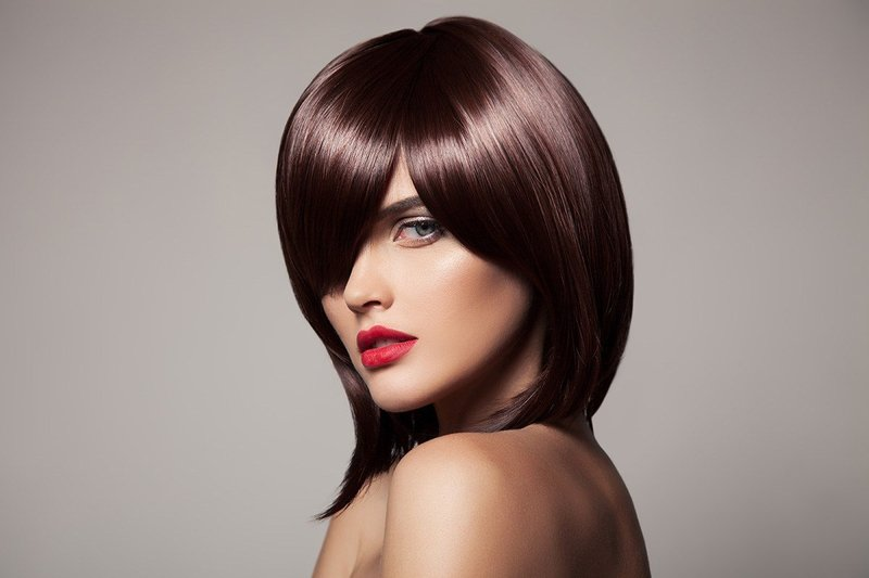 Удлиненное каре на темных волосах