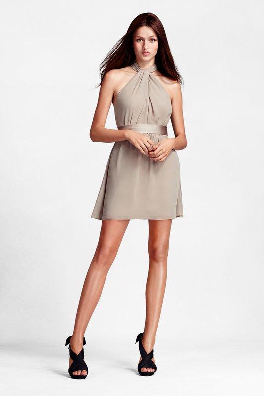 Девушка в коктейльном платье с бретелью-петлей
