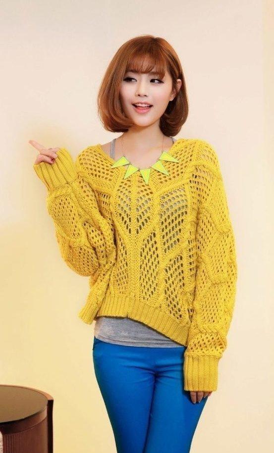 Девушка в свитере лимонного цвета и синих брюках