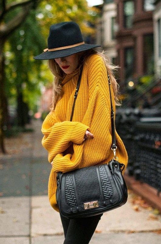 Девушка в ярком желтом свитере