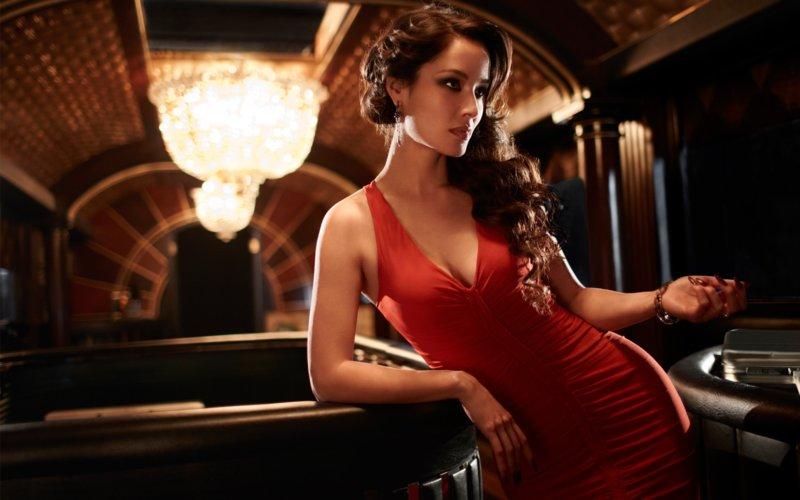 Девушка в коктейльном платье с глубоким декольте