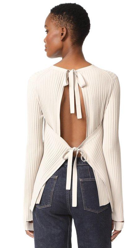 Свитер с завязками на спине с джинсами