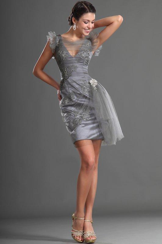 Девушка в сером коктейльном платье с драпировкой