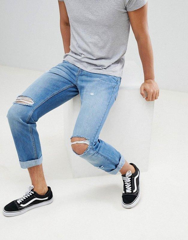 Рваные джинсы с футболкой