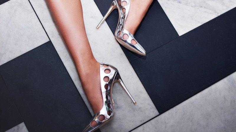 Серебряные туфли с дырками